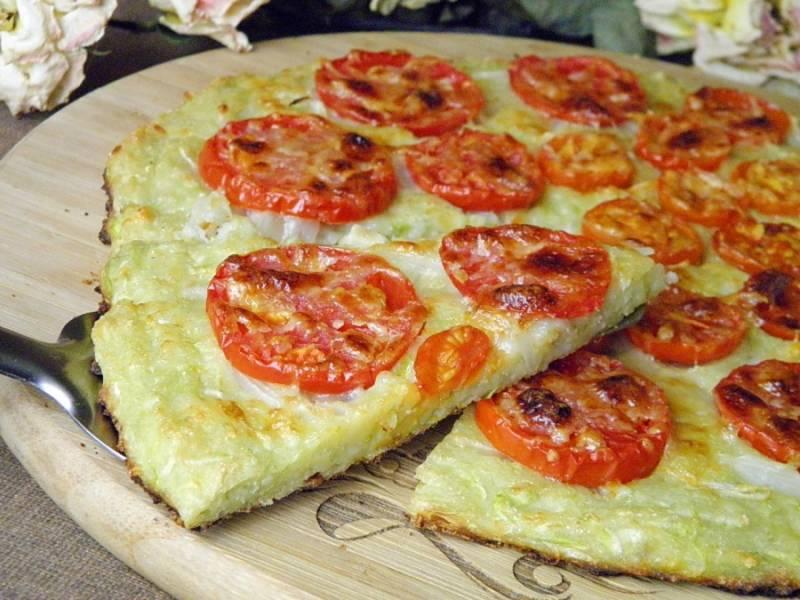 Поставьте форму в заранее разогретую до 180 градусов духовку. Запекайте кабачковую пиццу до готовности (примерно 30-40 минут). Затем выньте пиццу из духовки, дайте ей немножко подостыть, нарежьте на кусочки и подавайте к столу!