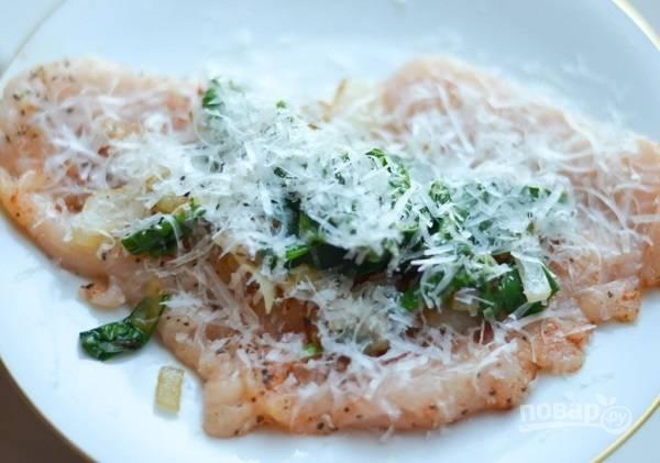 3. Шпинат отправьте на сковороду и томите пару минут. Затем остудите и выложите на грудку. Присыпьте тертым сыром.
