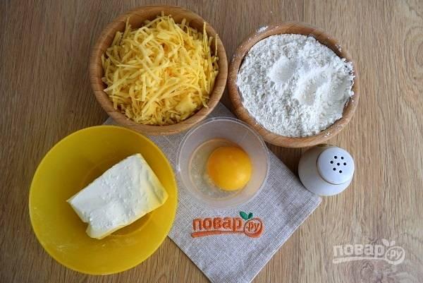 Подготовьте необходимые продукты. Сыр натрите на мелкой терке.