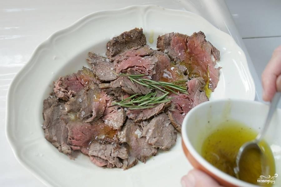 Подавайте говяжью вырезку нарезанную на тонкие ломтики с приготовленным соусом. Приятного аппетита!