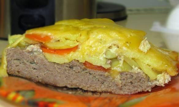 Через 40 минут достаем сковороду из духовки, присыпаем тертым сыром и ставим обратно (под крышкой) в духовку еще на 10 минут. Приятного аппетита!