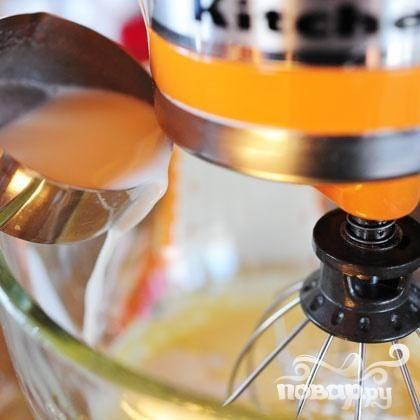 3. Добавить небольшое количество молочной смеси в желтки (примерно  2 стакана) и взбить.