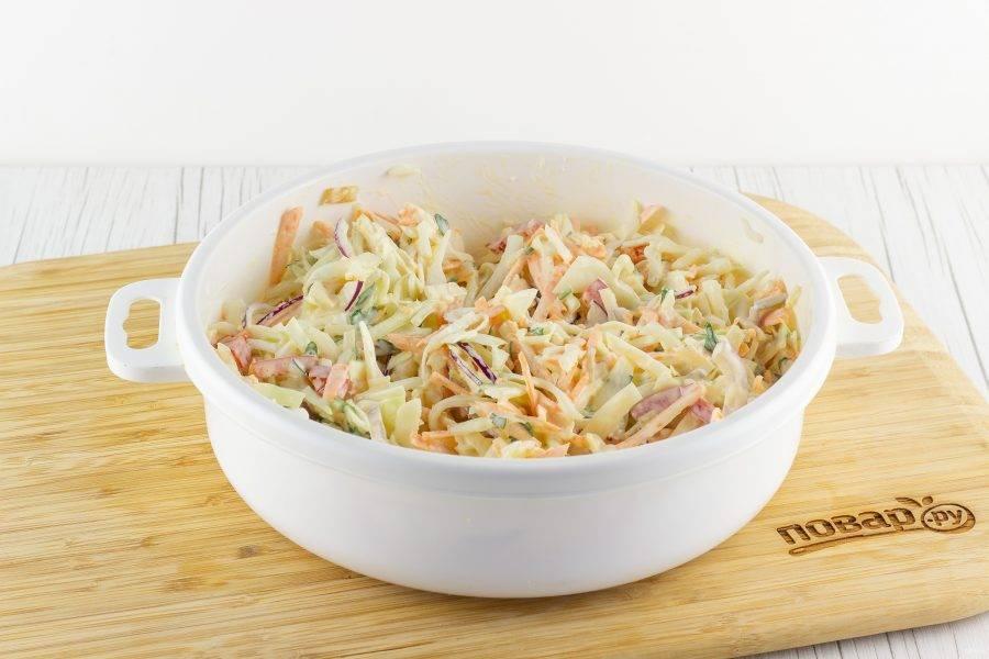 Тщательно перемешайте салат с соусом, при необходимости посолите. Уберите под крышкой в холодильник на 20-30 минут.