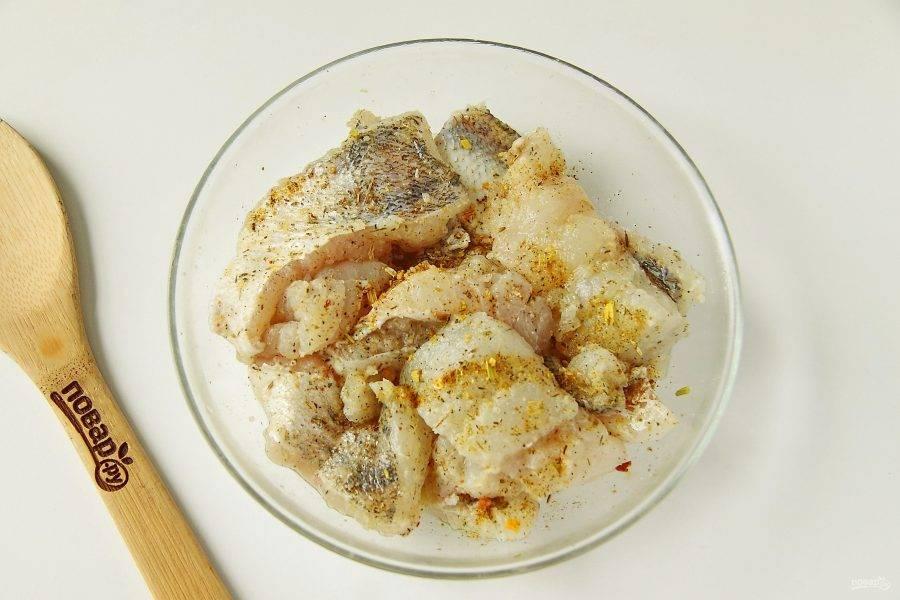 Посолите по вкусу, посыпьте любимыми специями, полейте соком лимона и оставьте мариноваться на 20-30 минут.