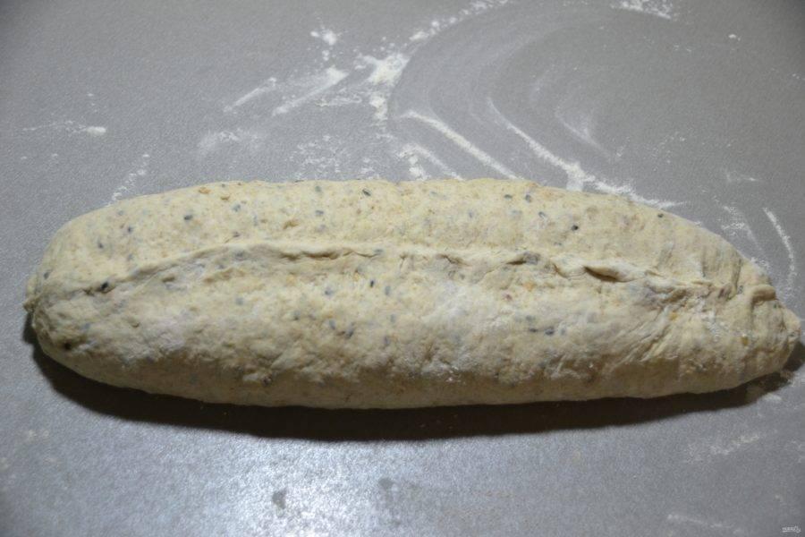 "Сформуйте хлеб, свернув ""рулетом"", хорошо защипните шов."