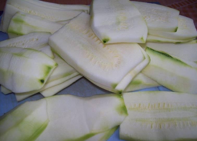 1. Подготовим овощи. Баклажаны и кабачки режем пластинками. Баклажаны посыпаем солью и оставим постоять. С кабачков срезаем толстую шкурку. Морковку измельчаем и обжарим вместе с фаршем и специями на растительном масле.
