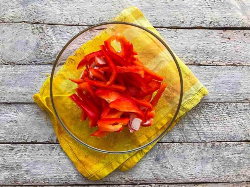 Болгарский перец хорошо помойте, удалите семена и нарежьте соломкой.