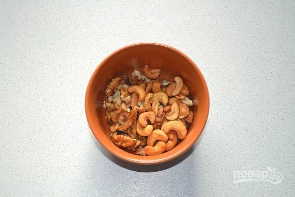 16. Для украшения я буду использовать измельченные грецкие орехи и кешью.