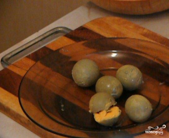 4.Отделите белки и желтки. Белки и морковь отдельно натрите на терке. В отдельной емкости вилкой разомните отваренные желтки.