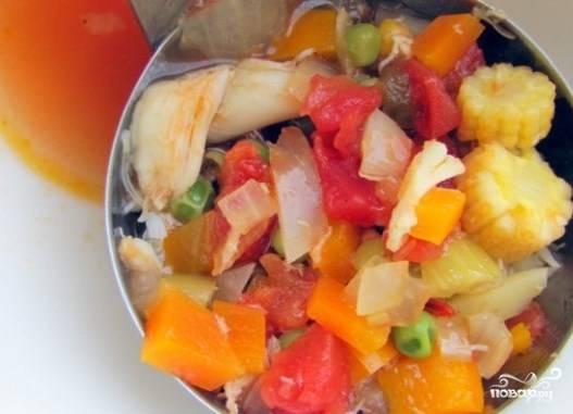 Если вы используете консервированное мясо краба, то вылейте содержимое баночки прямо в кастрюлю. Доведите суп до кипения, посолите, поперчите и добавьте специи. В самом конце бросьте рубленую зелень петрушки. Снимите суп с плиты, дайте ему настояться полчаса.
