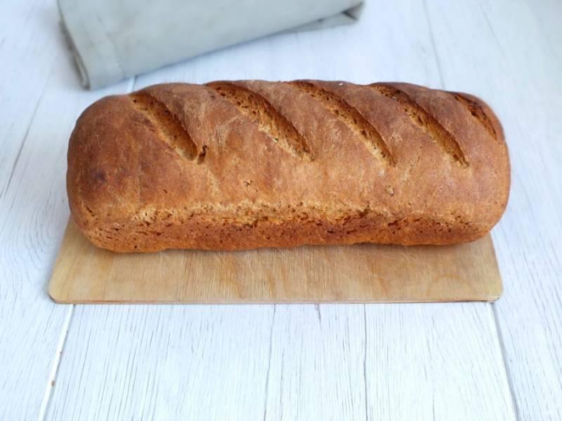 Готовый хлеб достаньте из духовки. Выложите из формы и заверните в полотенце. Дайте ему отлежаться в течение 5-6 часов.