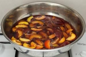 Заливаем персики сахарным сиропом, кладем палочку корицы и доводим до кипения. Снимаем с огня и даем полностью остыть.