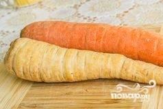 Спустя 2 часа возьмите все травы, сложите их в тканевый пакетик, чтобы потом его достать. Морковь и пастернак очистите, помойте и крупно нарежьте. Всё вместе добавьте к баранине. Не мешая, готовьте ещё час.