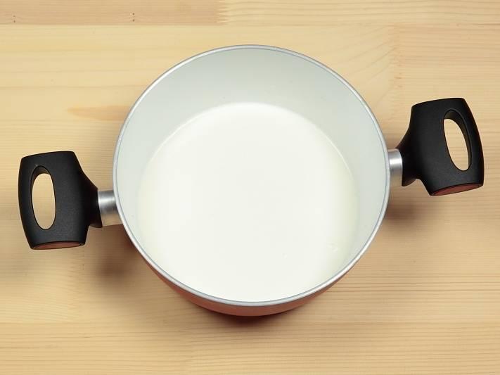 Желатин замочите в воде на 10 минут. подогрейте 200 грамм сливок и молоко.