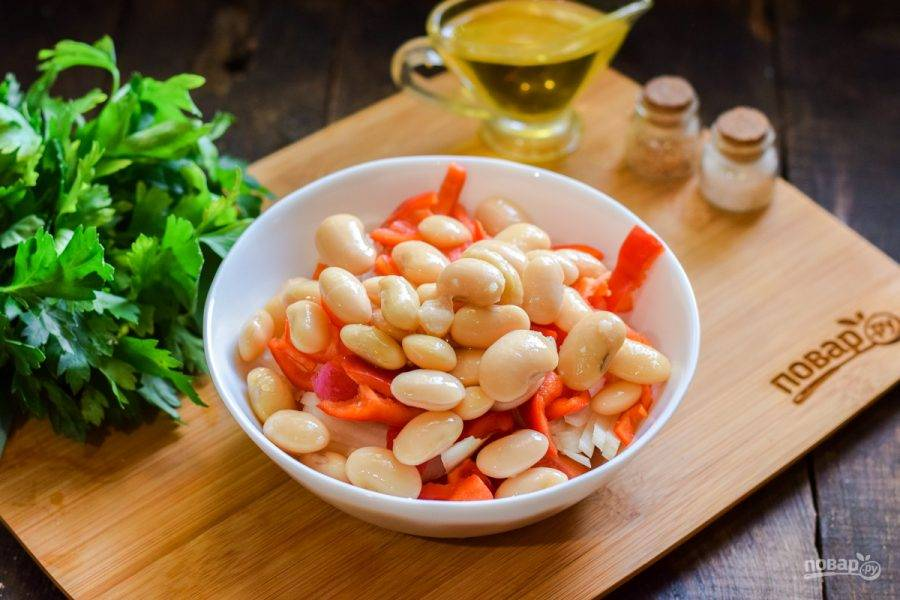 Следом добавьте в салат консервированную белую фасоль.