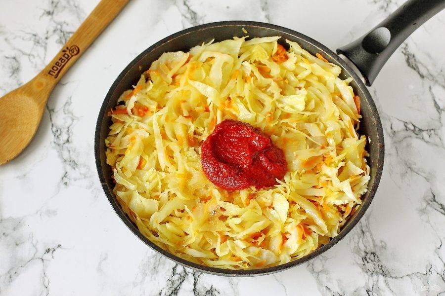 Готовьте все вместе, периодически помешивая, до тех пор, пока капуста не пустит сок и не станет мягкой. После чего добавьте томатную пасту, сахар и соль по вкусу.