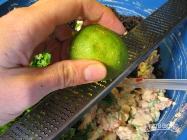 5.Лайм обдаю кипятком, натираю цедру, добавляю ее к салату.