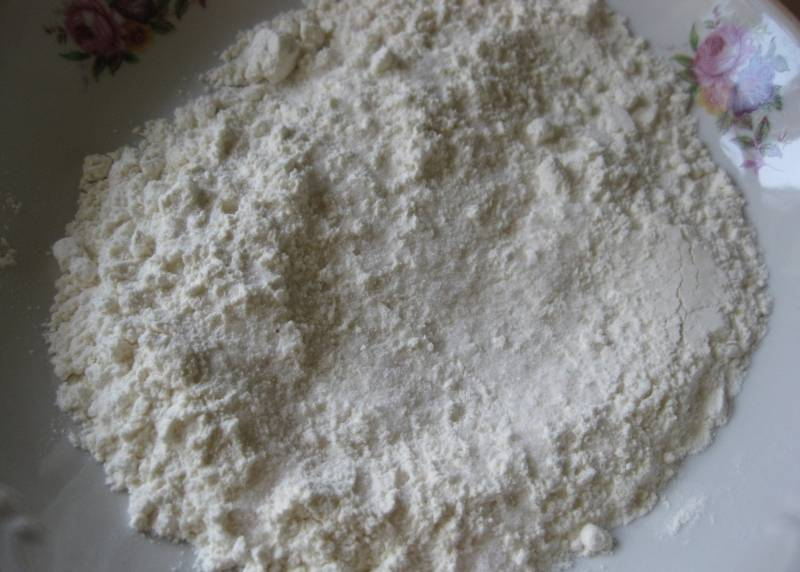 В отдельную миску просеиваем муку и смешиваем ее с солью.
