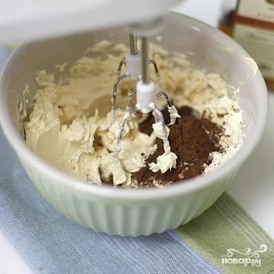 Когда крем будет практически однородным, добавляем в него коньяк. Затем 2 ст.л. крема отставляем, а в оставшийся крем добавляем какао. Хорошенько взбиваем. Получившийся коричневый крем разделяем на 4 одинаковых части.