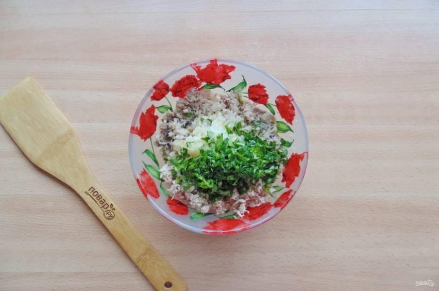 Репчатый лук нарежьте и обжарьте в сковороде с подсолнечным маслом. Петрушку мелко нарежьте. Добавьте лук и петрушку к курице.