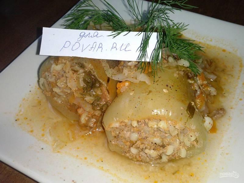 Перец, фаршированный булгуром, мясом и овощами