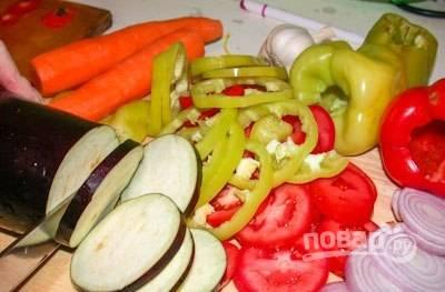 Все овощи промойте и нарежьте кольцами, а чеснок измельчите.
