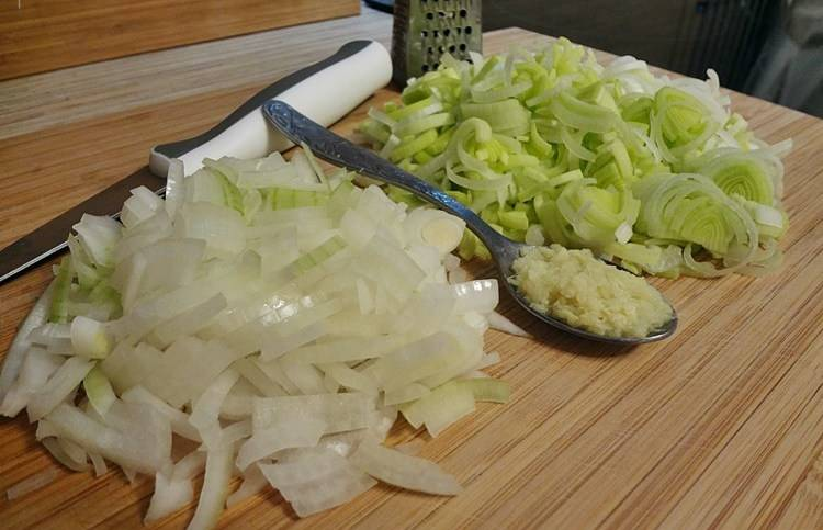 Натрите имбирь на терке, лук-порей и простой лук шинкуем.