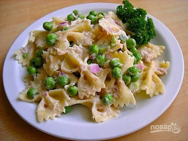 4. Выложите салат на тарелку и подавайте его к столу. Приятного аппетита!