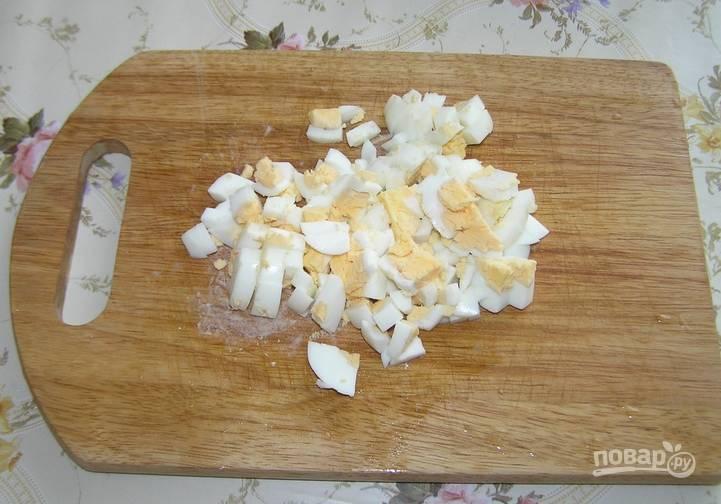 Вареные яйца очищаем и мелко нарезаем.