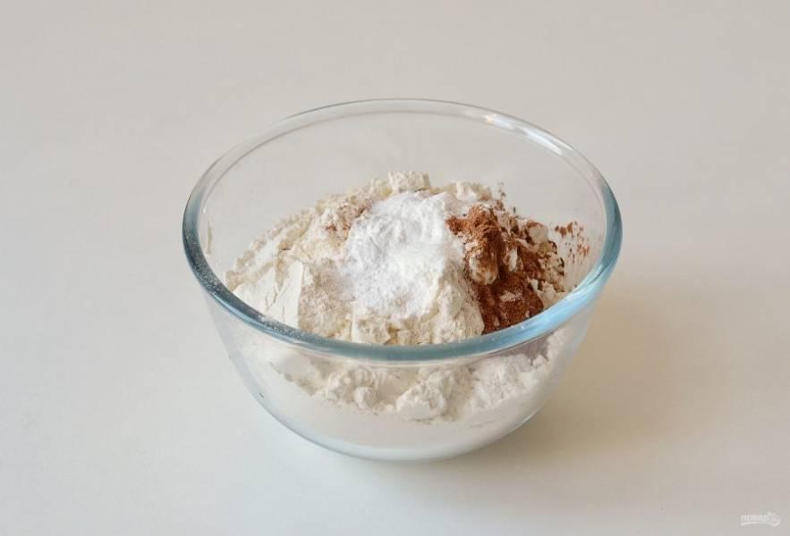 Насыпьте в миску муку. Добавьте разрыхлитель, соль, соду, корицу. Перемешайте.