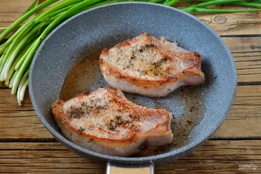Обжарьте свинину с обеих сторон до золотистой корочки (примерно по 2-3 минуты с каждой стороны).