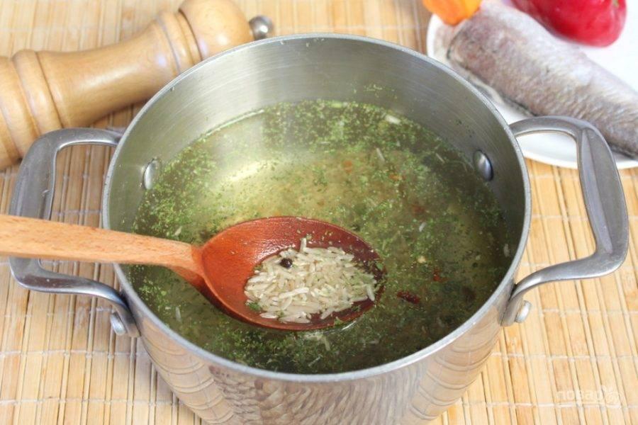 В кипящую воду кладем рис, смесь пряных трав, перец и соль. Готовим на слабом огне.