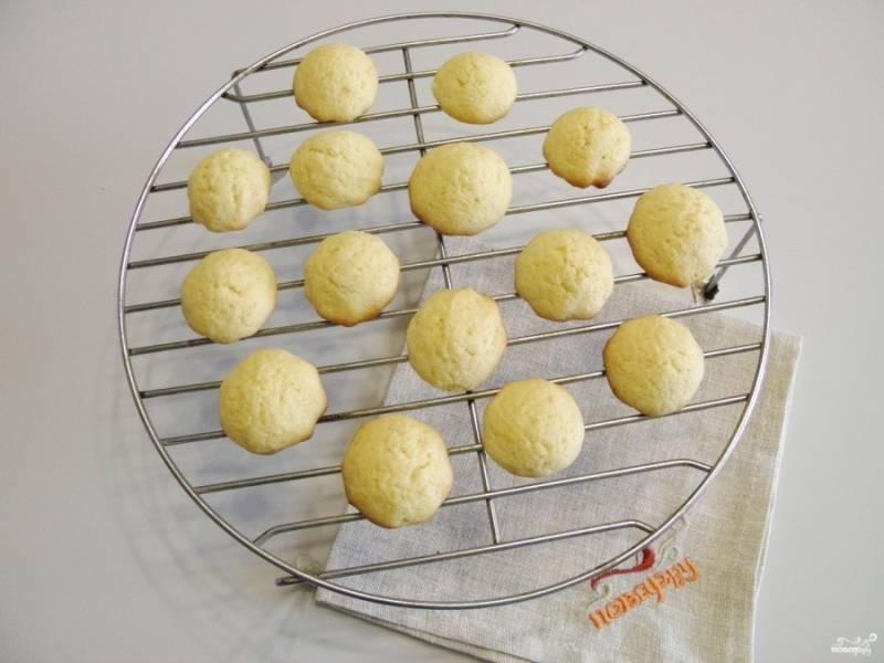 Выдавите печенье на противень, используя кондитерский мешок, выпекайте при температуре 180 градусов минут 15. Готовое печенье выложите на решетку и остудите.