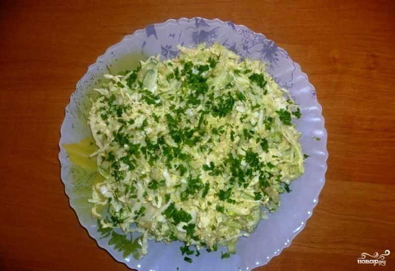В миску к капусте, белкам и огурцам добавьте желтково-майонезную заправку. Посолите салат по вкусу. Если хотите, то добавьте немного мелко нашинкованного вымытого свежего укропчика. Тщательно перемешайте все ингредиенты, подавайте салат к столу.