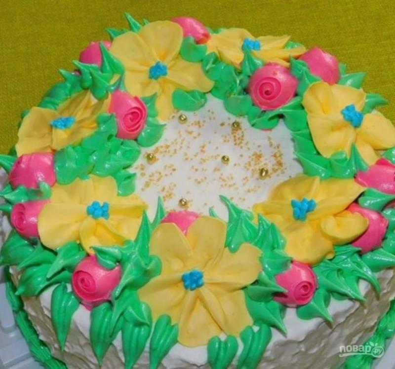 Из крема можно сделать цветы. В холодильнике они отлично застынут и  подойдут для украшения торта.