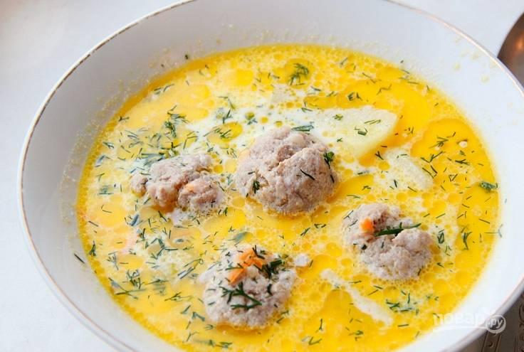 За 5 минут до готовности влейте сливки и добавьте измельченную зелень. Приятного аппетита!