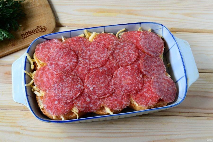 Затем выложите колбасу. Очень удобно покупать колбасу, уже порезанную на ломтики. Или просто попросите в магазине, чтобы вам ее порезали на слайсере.