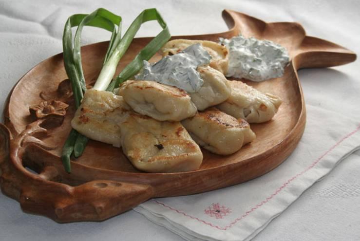 Если есть желание, сваренные пельмени можно слегка обжарить на сливочном масле. К столу подавайте, вместе со сметаной и зеленью. Приятного аппетита!