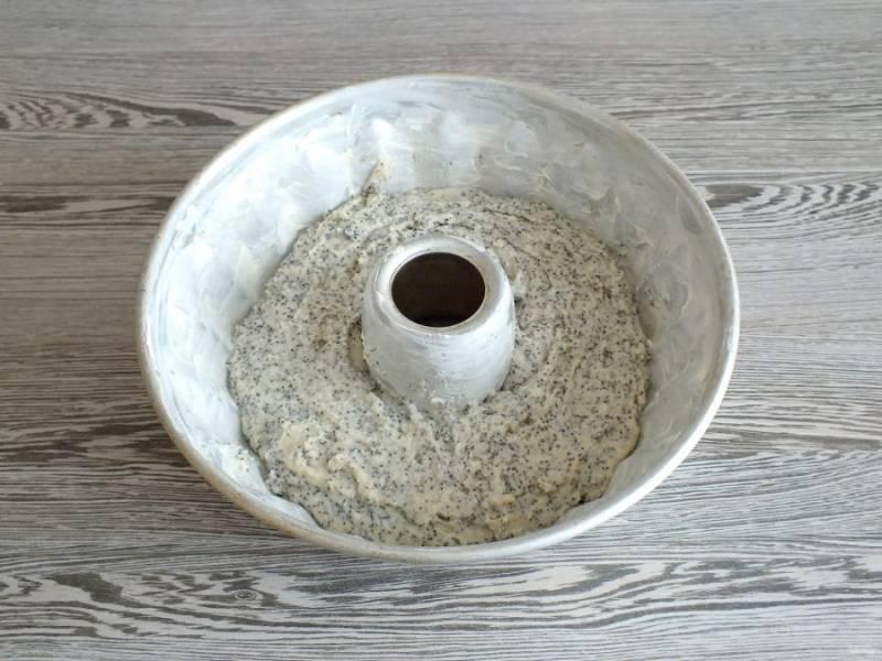 Форму смажьте сливочным маслом, выложите тесто. Поставьте выпекаться в разогретую до 180 градусов духовку на 40-45 минут.