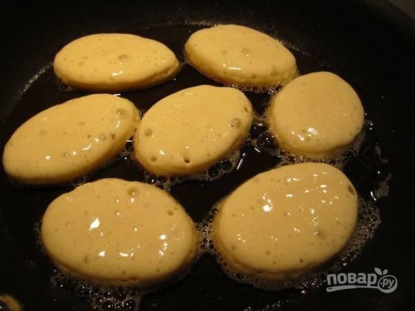 2. На сковороде разогрейте растительное масло. Ложкой выкладывайте тесто на сковороду.