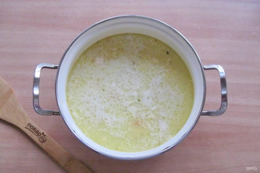 Хорошо перемешайте суп с сыром, проварите 5 минут и выключайте.