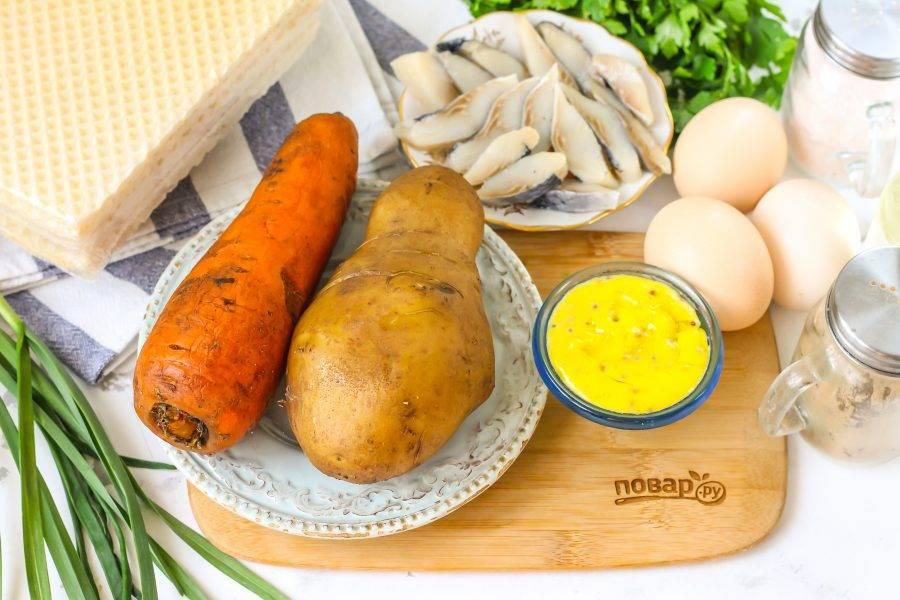 Подготовьте указанные ингредиенты. Отварите заранее корнеплоды в течение 30 минут, а куриные яйца в течение 12-15 минут и остудите в ледяной воде.