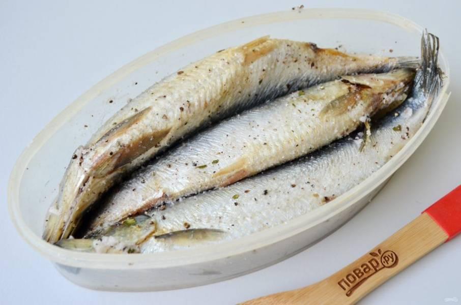 6. Теперь рыбка пустила сок, поставьте ее на 10 часов в холодильник.