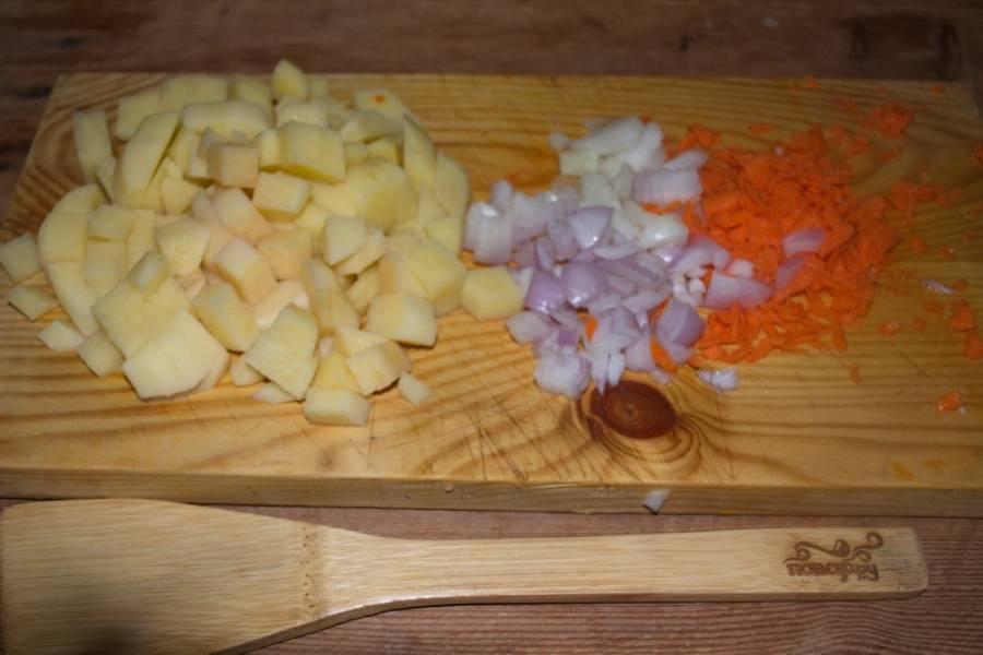 Проведем подготовительные работы по очистке и нарезке овощей. Итак, картофель режим кубиками, лук и морковь очищаем и измельчаем привычным способом.