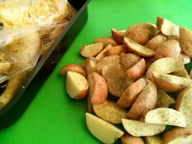 Картофель тщательно вымойте, просушите бумажным полотенцем, нарежьте ломтиками, перемешайте с сушеной приправой. Яблоки помойте, порежьте на ломтики и поместите их внутрь гуся.