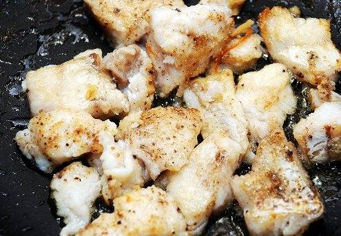 Дальше обваливаем рыбные кусочки в муке и слегка обжариваем на растительном масле.