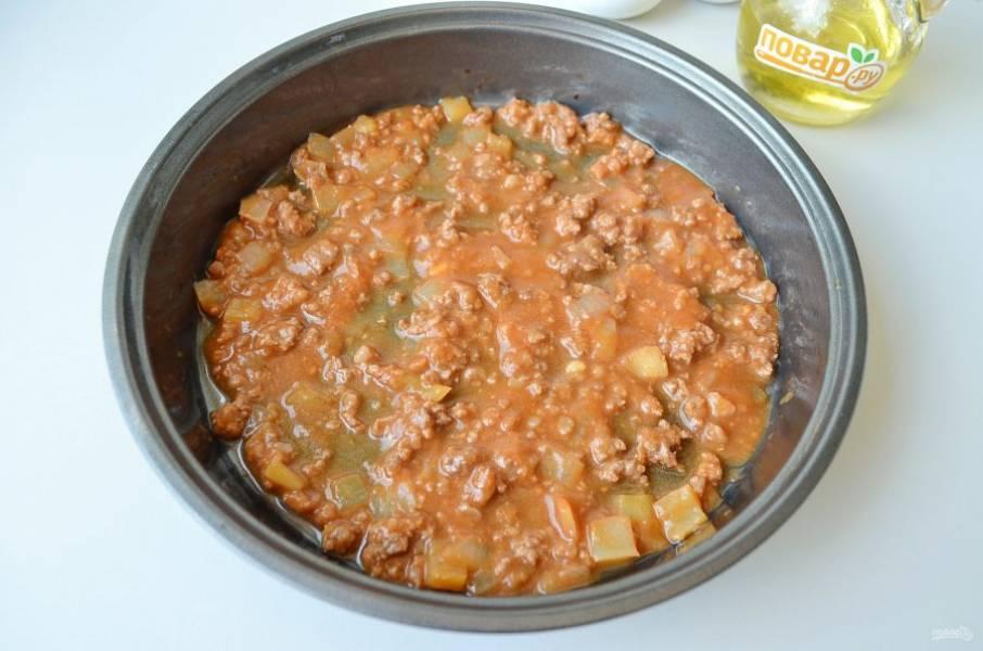 9. Возьмите огнеупорную форму, на дно положите пару ложек соуса.