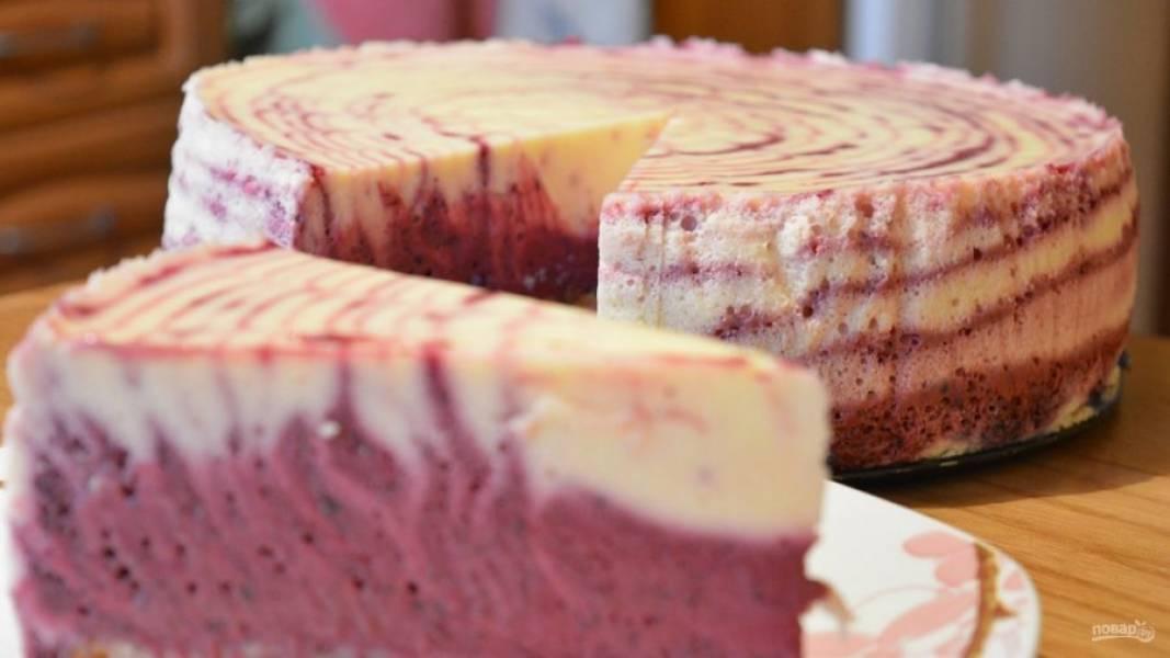 11.Готовый торт получается очень вкусным, нарезаем его кусочками и подаем к столу.