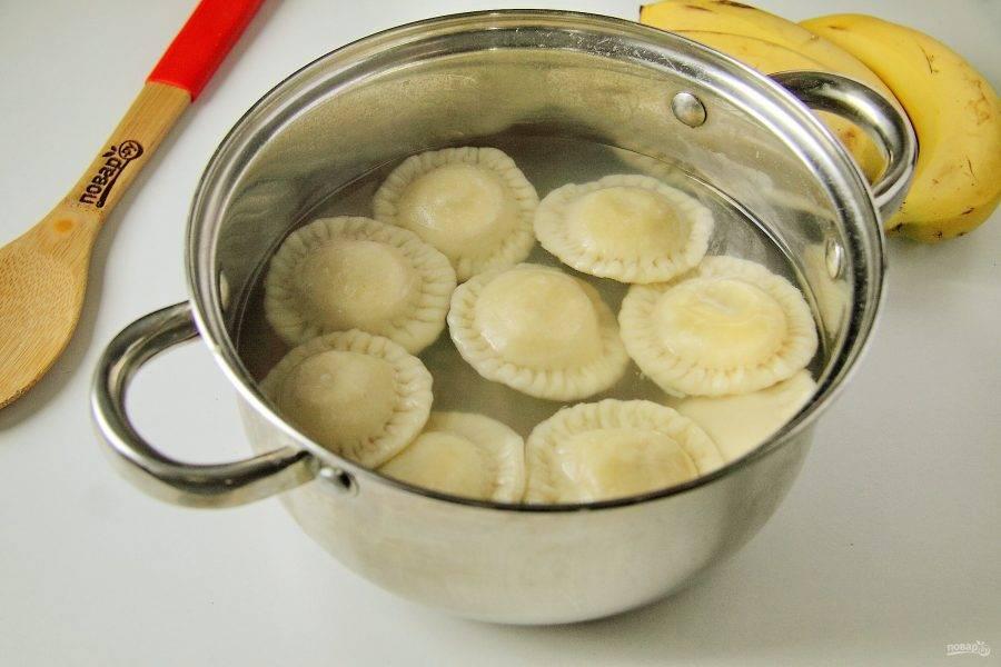 Отварите готовые вареники с бананом в кипящей воде в течение 3-4 минут.