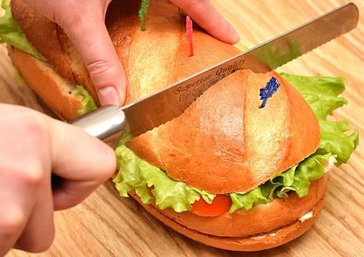 Разрежьте батон на порции и подайте на стол.
